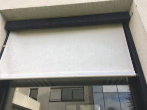 Store gris fermé